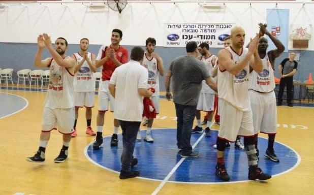 שחקני עכו מודים לקהל בסיום המשחק