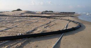 הצנרת שהונחה בחוף (צילום: מוטי קלינגר)