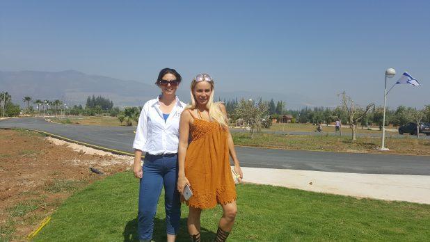 מורן אייזנשטיין ומנהלת הוילג' תמי-מור יוסף (צילום: מלונות מטיילים)