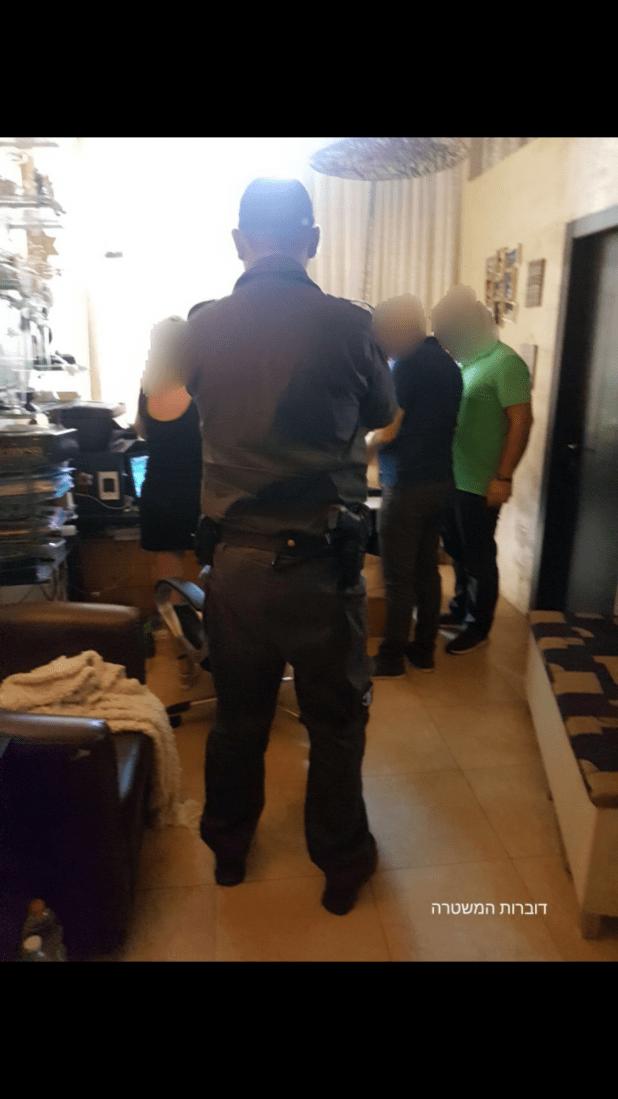 השוטרים במהלך הפשיטה (צילום דוברות המשטרה)