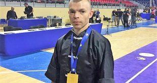 ניקולאי פושקוב עם מדליית הכסף מאליפות אירופה 2017