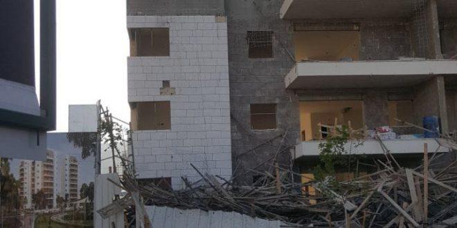 הבניין בו קרס הפיגום (צילום דוברות המשטרה)