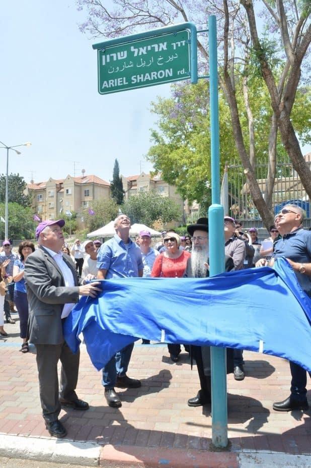 מסירים את הלוט (צילום ישראל פאץ)