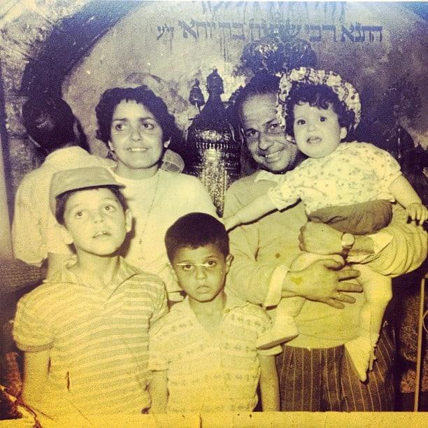 """אתי פלדמן עם אחיה אבי ומנדי והוריה דוד וריקה בן שימול ז""""ל"""