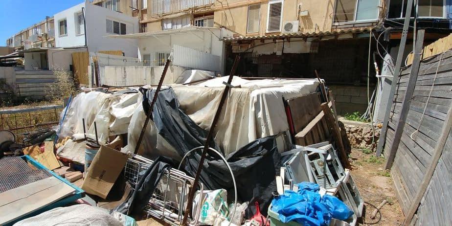 המבנה בחצר הבית בו ככל הנראה היה כלוא הילד (צילום: שלומי גבאי)