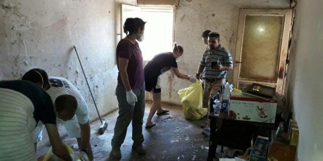 מתנדבים משפצים את הדירה. צילום: נאור גריציאיניק
