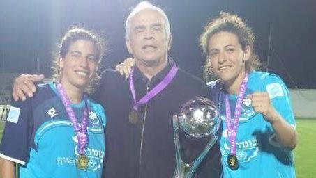 יוסי סופר עם בנותיו טל ודניאל בזכייה האחרונה לפני שנתיים
