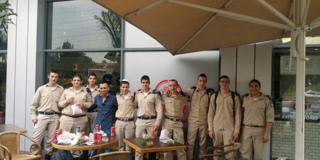 """מסעדת אחלה מארחת חיילים (צילום: יח""""צ)"""