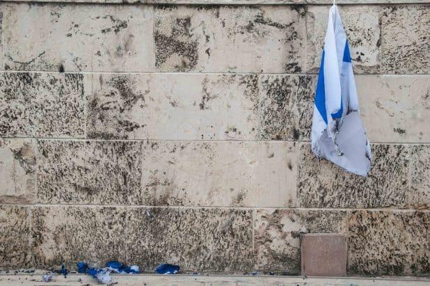 דגל שרוף ברחוב בוסל בקרית חיים. צילום: דורון גולן