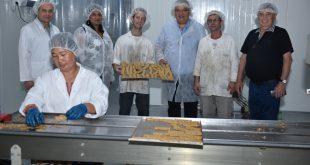 ברדה במהלך ביקורו במפעל