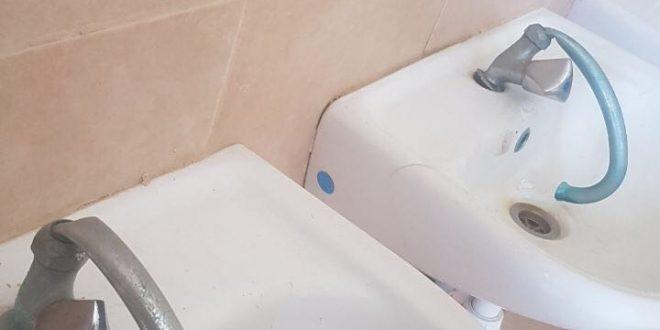 ברזים שבורים בשירותים (צילום יצחק סולומון)