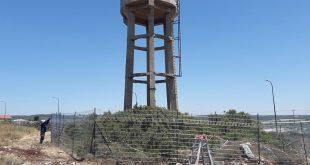 גידור מגדל המים בבנימינה (צילום רשות מקרקעי ישראל)