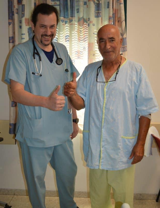 """אורי מתלוצץ עם רופאו ד""""ר פלדמן (צילום דוברות העמק)"""