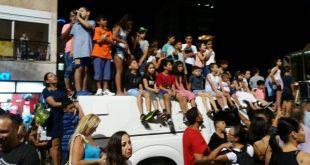 ילדים על מכוניות בכיכר צילום עצמי