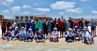 התלמידים והקשישים בחוף הים (צילום עצמי)