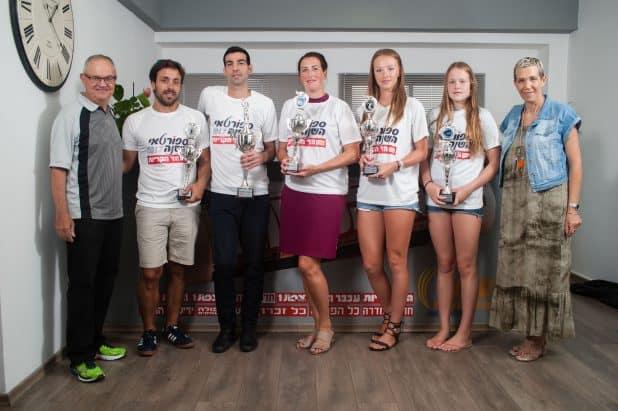 חמשת הספורטאים הנבחרים עם מיכל גילת ועורך הספורט איסר רביץ (צילום: דורון גולן)