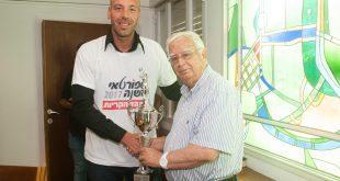 חיים צורי מעניק גביע למאמן השנה יוסי שוורץ (צילום: דורון גולן)