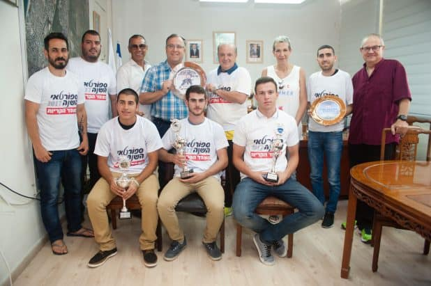 """כל הנבחרים עם אלי דוקורסקי ונציגי """"הד הקריות"""" (צילום: דורון גולן)"""