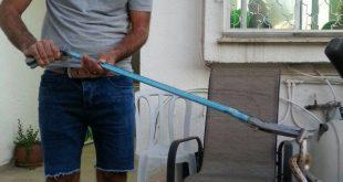 הלוכד גילי גמליאל עם הנחש (צילום עצמי)
