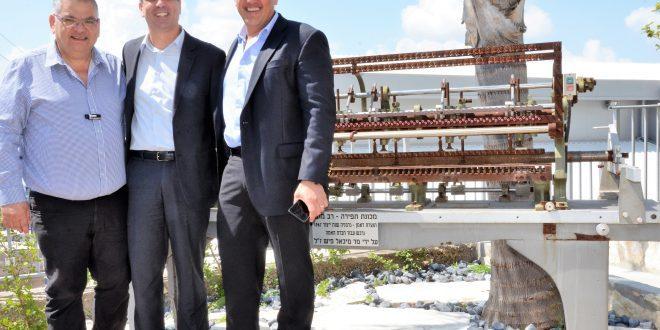 שר הכלכלה אלי כהן ראש העיר אלי ברדה והמנכל ירון הראל בעת ביקור השר במפעל האמה