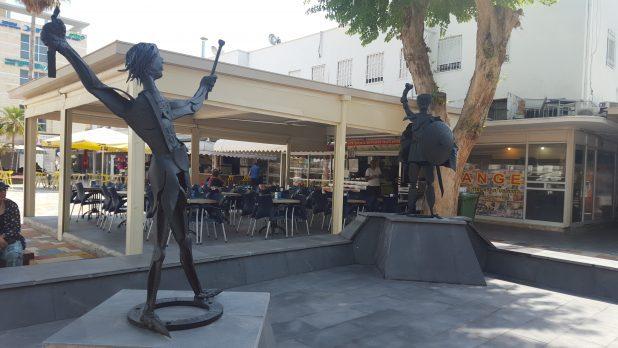 הבוקר. הפסלים חזרו לקדמותם (צילום: אדריאן הרבשטיין)