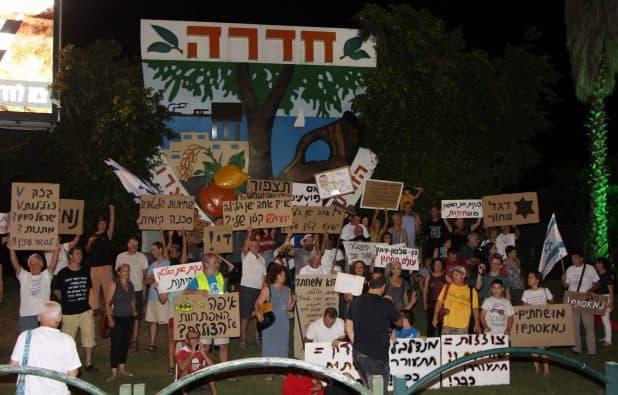 מחאת המטאטאים צילום: נירית שפאץ