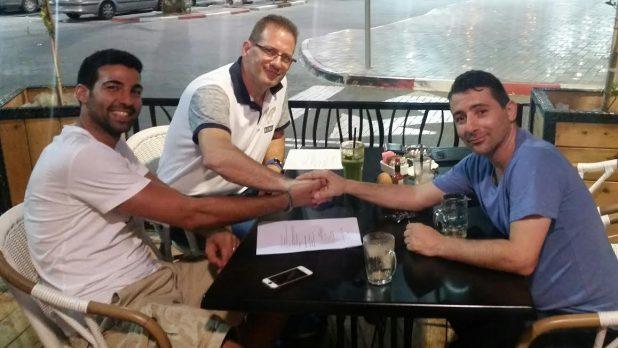 לא מפסיק לפרגן להנהלה. מימין: פינטו, גרוסמן וברזילי (צילום: עצמי)
