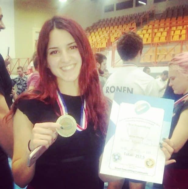 הכוח הנשי. שלי אטיאס מציגה לראווה ובגאווה את מדליית האליפות (צילום: עצמי)