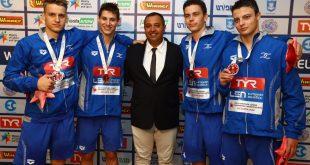 העיניים נשואות לאליפות העולם. דוידסון עם רביעיית השליחים שזכתה במדליית ארד באליפות אירופה (צילום: איגוד השחייה)