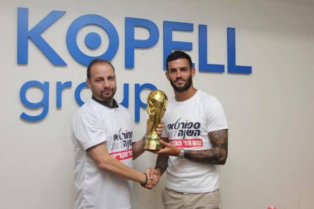 מיקי קופל מעניק את הגביע לכדורגלן השנה בליגת העל חנן ממן (צילום: אדריאן הרבשטיין)