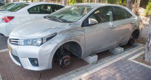 מכונית שהגלגלים שלה נגנבו. צילום: דורון גולן