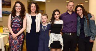 לומדים מהחיים. מימין: עילאי, שמואל, סול, קשת, לימור וגאיה. צילום: אורה כהן