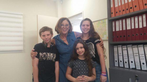 מכל הלב. ילדי משפחת שטראוס עם תמי ברששת. צילום: מועצת פרדס חנה כרכור