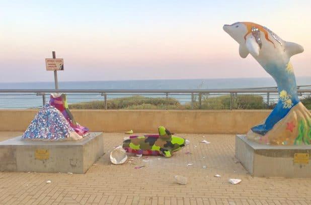 הפסל נקלח לשיקום. הדולפין השבור (צילום:עצמי)