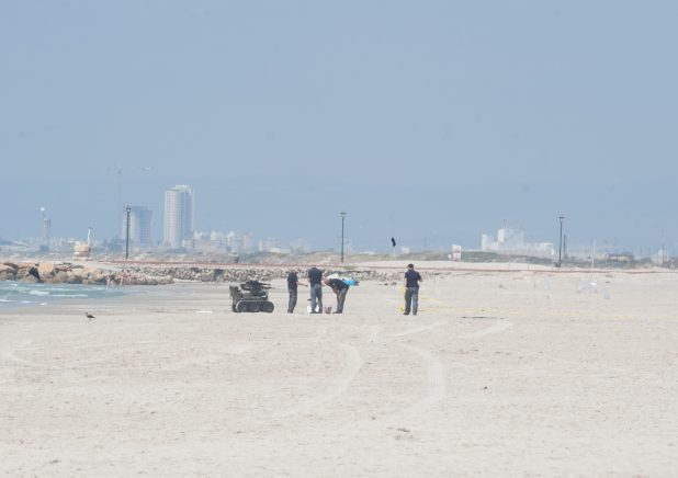 מטען חבלה בחוף קרית ים. צילום: דורון גולן