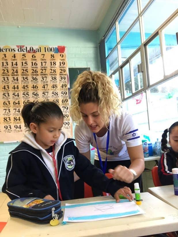שגיא מלמדת בבית הספר במקסיקו (צילום