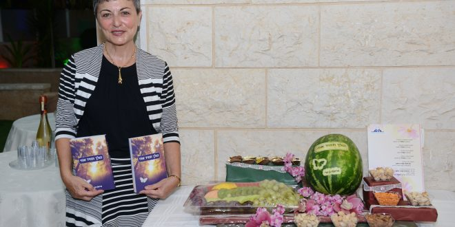 הסופרת מציגה את הספר החדש (צילום עצמי)