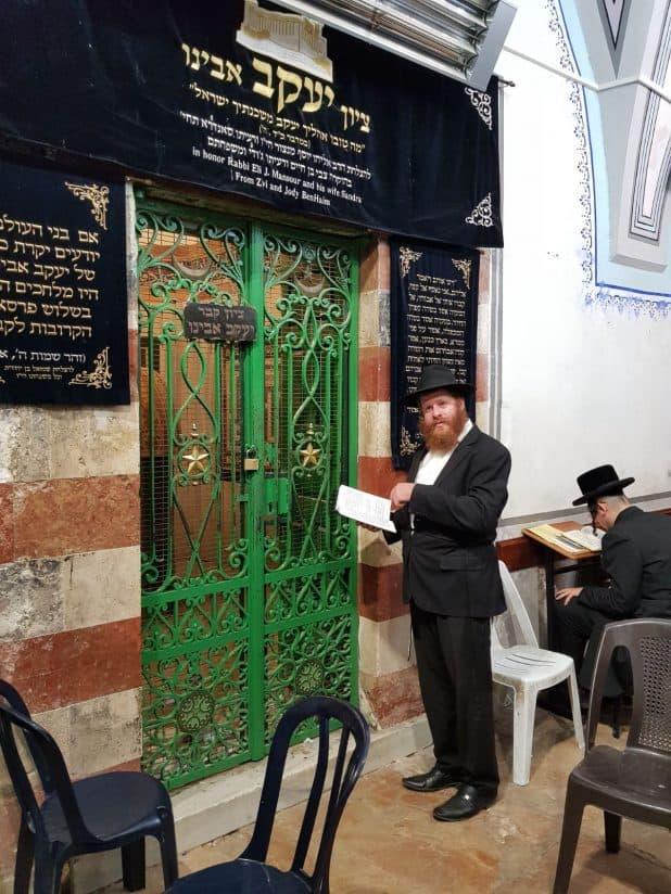 הרב לוי אוירכמן בקבר יעקב
