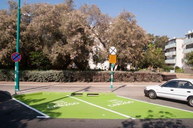 עמדות חנייה ייעודיות לכלי הרכב החשמליים (צילום: דורון גולן)
