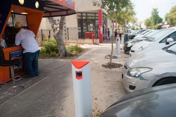עמדות טעינה של מיזם הרכב החשמלי car2go. צילום: דורון גולן