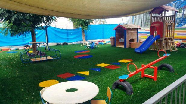 דשא סינתטי בגן ילדים (צילום: עיריית חדרה)