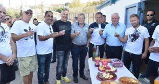 מרימים כוסית לחג בהפועל נצרת עילית (צילום ישראל פרץ))