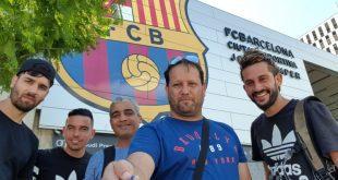 השתלמות מקצועית. גיסברג עם צוות מאמני המכללה לכדורגל על רקע מגרש האימונים של ברצלונה (צילום: אבי גיסברג)