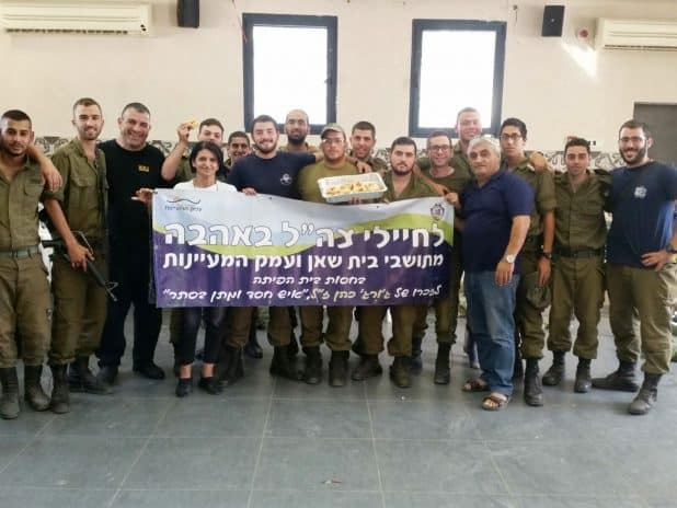 החיילים מתקבלים באהבה בבית שאן (צילום עצמי)