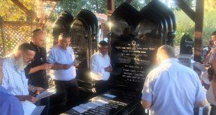 """על קברו של שאול עמור ז""""ל (צילום דוברות העירייה)"""