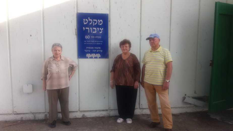 מימין: המתנדבים גינאדי, מלבינה וברטה על רקע המקלט. צילום: יובל רוט