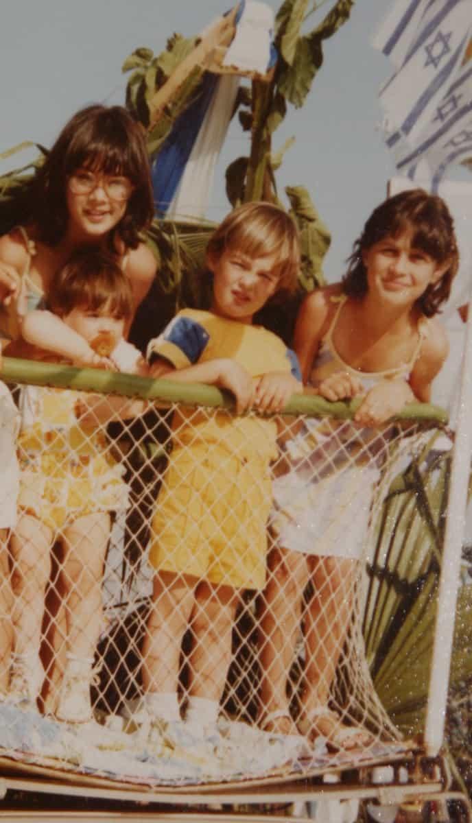 מימין: נועה, שיאון, יולי ואפרת (עומדת) בילדותם. צילום: פרטי