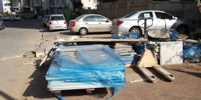 """""""החניות הקיימות מלאות באשפה שנערמת מעבודות הבנייה"""". רחוב לכיש (צילום: עצמי)"""