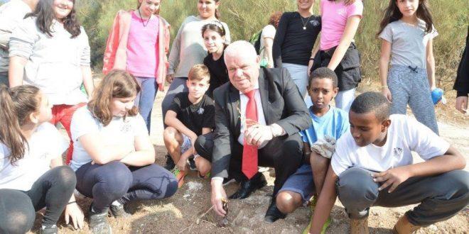 ראש העיר ותלמידי העיר עושים כבוד לאירוס הנצרתי (צילום עצמי)