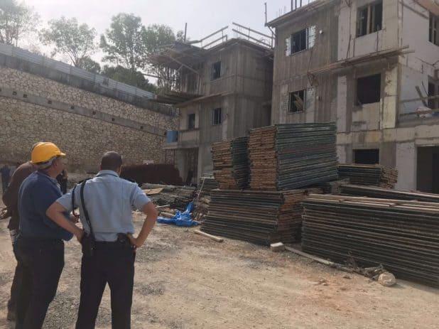אתר הבנייה בו נפל הפועל (צילום דוברות המשטרה)